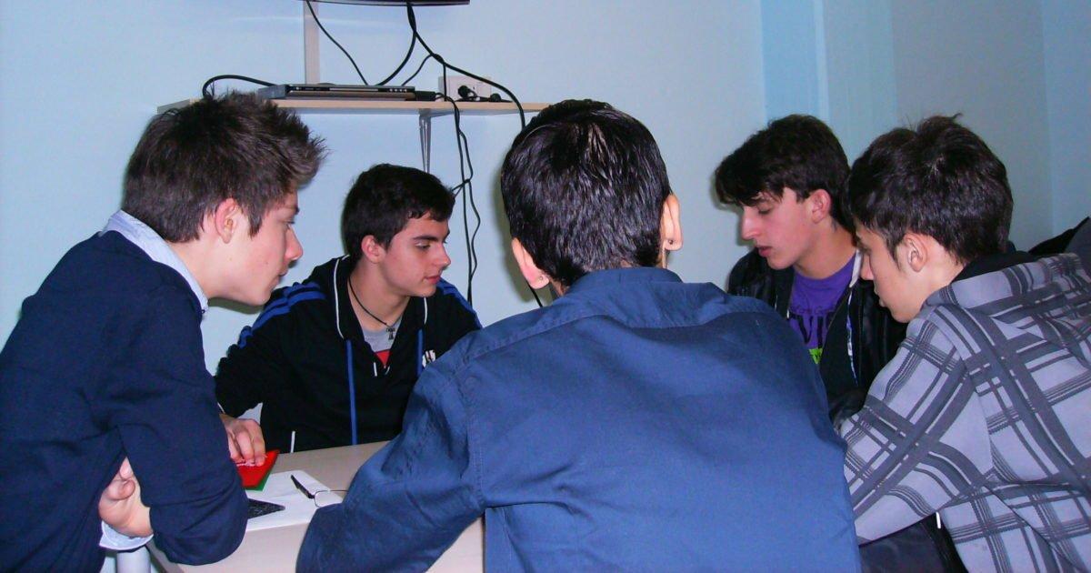 Gli otto arbitri durante l'esame.