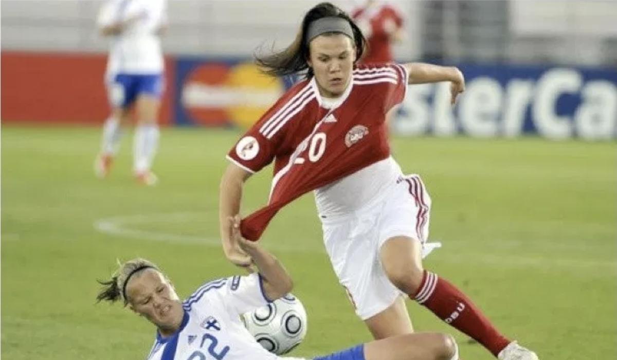 Un'azione di contrasto nel match femminile tra Finlandia e Danimarca