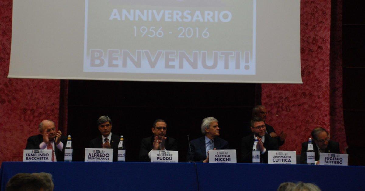 Le istituzioni federali e associative schierate per il sessantesimo della sezione di Pinerolo.
